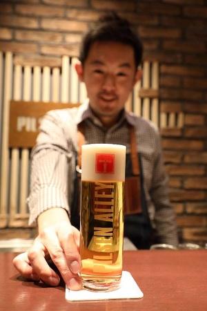 東京・銀座のバー「ピルゼン・アレイ」では、グラスや温度、注ぎ方にこだわったスーパードライを提供する(写真:北山 宏一)