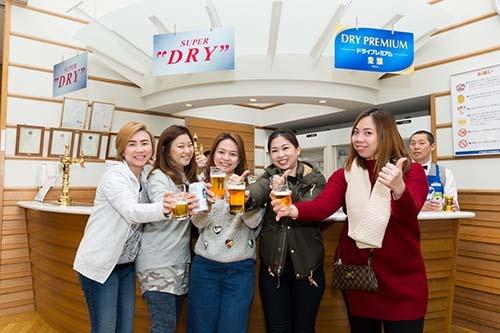 札幌市のアサヒビール北海道工場には、東南アジア各国の観光客も多く見学に訪れる(写真:吉田 サトル)