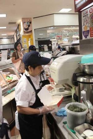 焼き鳥丼チェーン「Tori-Q」の丼ぶり。たれが染み込みやすいようにあえて硬めの米を使う。