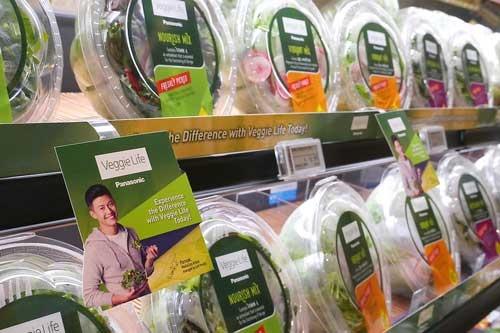 シンガポールのスーパーマーケットに並ぶパナソニック製のサラダ。発売後すぐに、人気商品となって商品棚を広げた