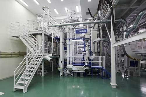アイリスオーヤマグループ工場(宮城県)の精米機。低温で精米し、食味の良い白米を国内外で販売する