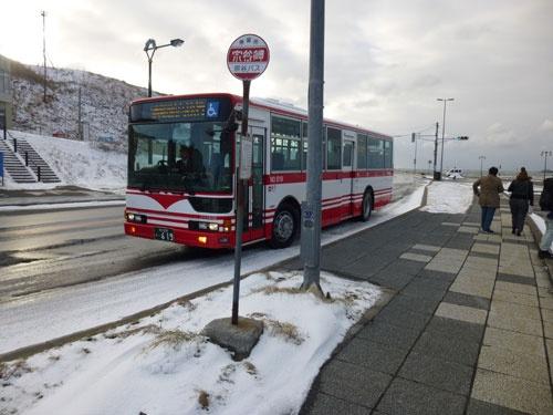 宗谷岬バス停。ここは日本最北端のバス停となる。最北端の信号も見える