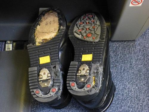 壊れた靴底。この後、反対側の靴底も剥がれ、悲惨な状況に