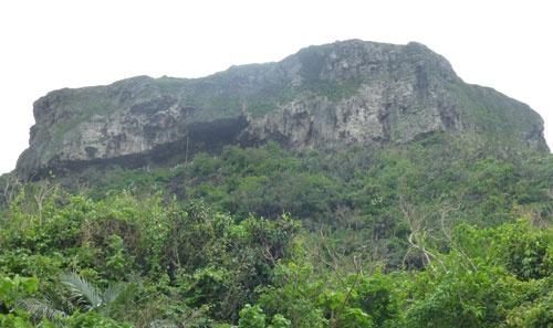 道路から見上げたティンダバナ(ティンダハナタ)