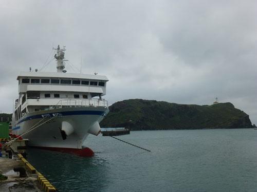 久部良港と西崎。「フェリーよなくに」の先に、西崎が見える