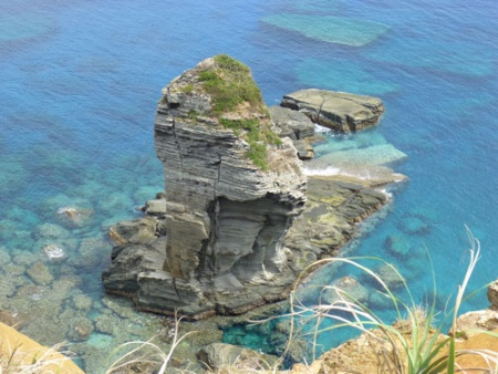 立神岩(たちがみいわ)。断崖の海岸線からすぐの場所に海中より隆起した巨岩。神の降り立つ場所として、多くの伝説が残る