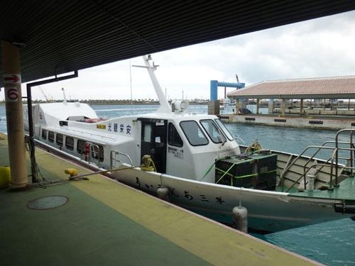 石垣港離島ターミナルに停泊中の波照間行高速船(この日は第3あんえい号)