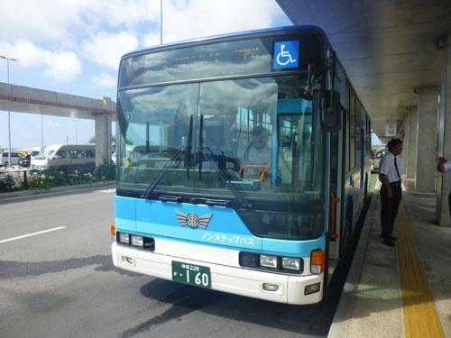 空港から市内へと向かう路線バス(東運輸)