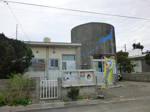 波照間駐在所<br/>壁面には日本の地図と波照間島の位置が描かれている