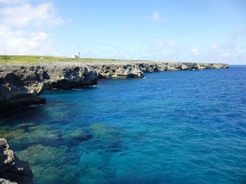高那崎の断崖<br/>この先に島影は見当たらず、荒々しい景観が広がる