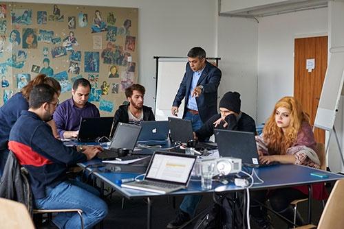 独ベルリンで2月から始まったプログラミング学校「ReDI(レディ)スクール」。シリアやアフガニスタンからの難民がグループに分かれてプログラミング言語などを学ぶ(写真:永川 智子、以下同)