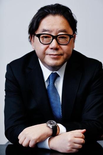 秋元 康(あきもと・やすし)氏<br />1958年生まれ。東京都出身。高校時代から放送作家として活動。「ザ・ベストテン」など数々の番組構成を手掛ける。83年以降、作詞家として美空ひばりさんの「川の流れのように」をはじめ、数々のヒット曲を世に送り出す。現在は、国民的アイドルAKB48グループと、乃木坂46・欅坂46の総合プロデューサーも務める。(写真:竹井 俊晴)