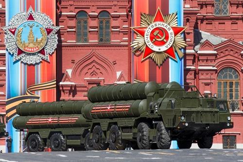 ロシアが昨年12月にウラジオストクでも運用を開始した地対空ミサイルシステム「S-400」(写真:AP/アフロ)