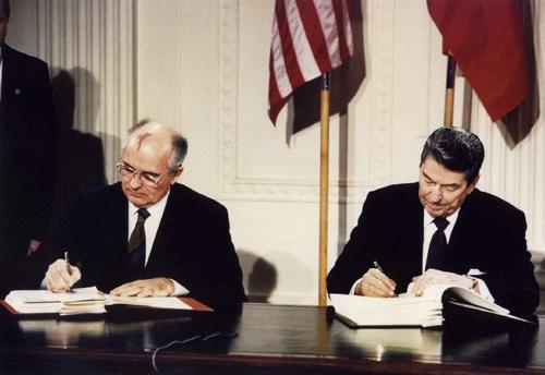 1987年12月、当時のゴルバチョフ・ソ連共産党書記長(左)とレーガン米大統領(右)は中距離核戦力(INF)全廃条約に調印した(写真:ロイター/アフロ)