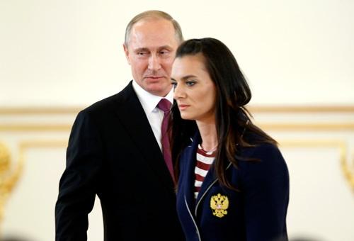 2016年のリオ五輪に選手団を送り出すプーチン大統領と、棒高跳びのイシンバエワ選手(写真:AP/アフロ)