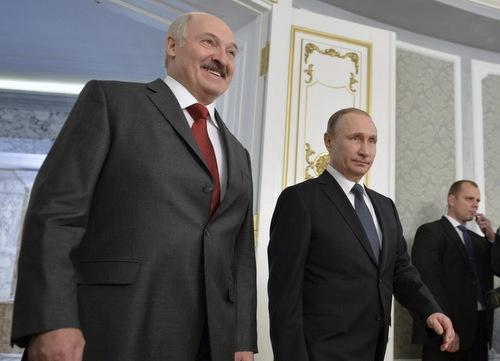 2016年2月、ベラルーシの首都ミンスクで行われた首脳会談の際の、ベラルーシ・ルカシェンコ大統領(左)とロシア・プーチン大統領(写真:Sputnik/Kremlin/ロイター/アフロ)