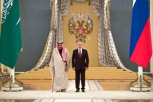 昨年10月、ロシアを初訪問したサウジのサルマン国王(左)とプーチン大統領(写真:AP/アフロ)