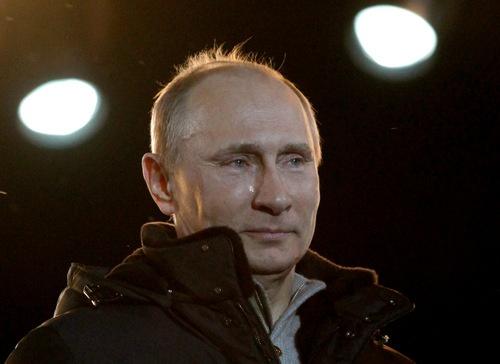 2012年3月4日、大統領選に勝利したプーチン氏。ほほを伝う涙を隠さずに、支持者の前での勝利宣言を行った。(写真:AP/アフロ)