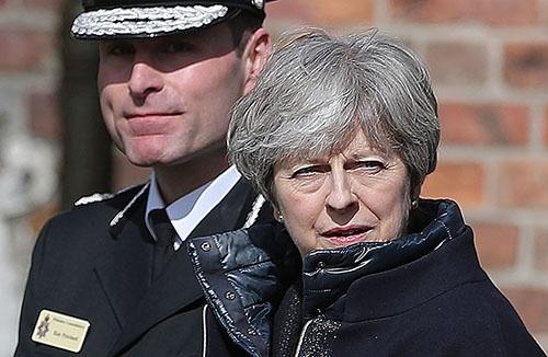 英国で起きたロシア人の元スパイ暗殺未遂事件。メイ英首相は現地を訪問し、ロシアへの対決姿勢を強めている(写真:AFP/アフロ)