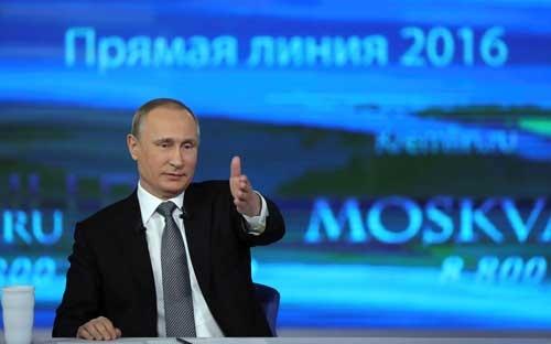プーチン大統領が生出演し、3~4時間にわたって国民の様々な質問に答えていく特別番組。年1回の恒例となっている。(Kremlin/Sputnik/ロイター/アフロ)
