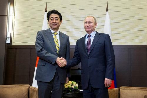 5月6日、ロシアで2年ぶりに日ロ首脳会談が開かれた(代表撮影/ロイター/アフロ)