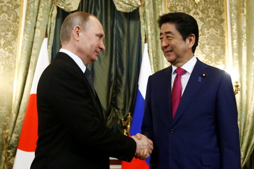 4月27日、モスクワで開かれたプーチン大統領・安倍首相の会談ではすれ違いが垣間見えた(写真:ロイター/アフロ)