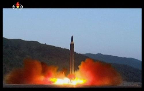 北朝鮮が5月14日に発射した中長距離弾道ミサイル「火星12」は、ロシア近海に落下した(写真=KRT/AP/アフロ)