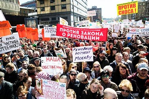 モスクワの老朽アパート解体計画の中止を訴える抗議デモが5月、モスクワで開かれた。(写真:AP/アフロ)