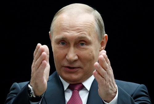 6月15日、毎年恒例の国民からの質問に答えるテレビ番組に出演するロシアのプーチン大統領(写真:ロイター/アフロ)