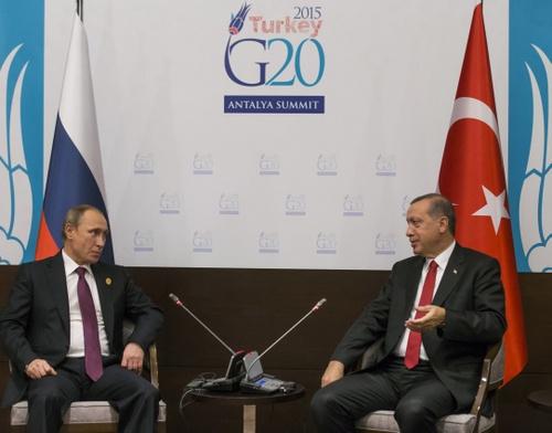 2015年、トルコで開かれたG20で会談するロシア・プーチン大統領とトルコ・エルドアン大統領(代表撮影/AP/アフロ)
