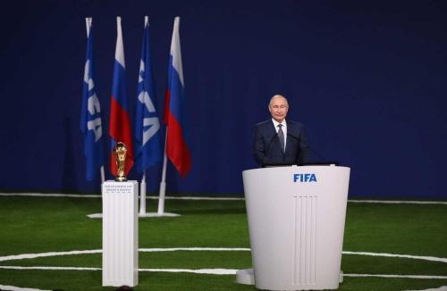 ワールドカップ開幕の前日にFIFA総会でスピーチするプーチン大統領(写真=ユニフォトプレス)