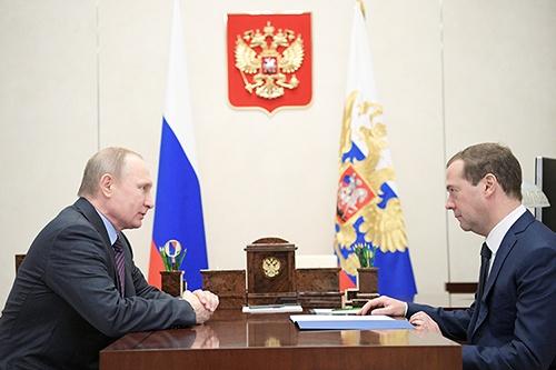 プーチン大統領 (左)が精力的に動く一方、メドベージェフ首相(右)の存在感は低下している(写真:ロイター/アフロ)