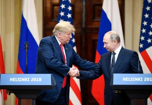 トランプ大統領とプーチン大統領は首脳会談で固い握手を交わしたが……(写真:ユニフォトプレス)