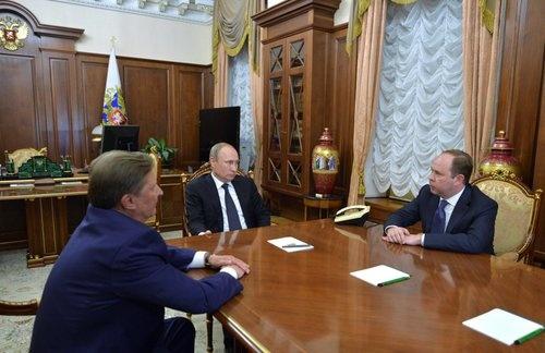 8月12日、プーチン大統領(中央)とワイノ新大統領府長官(右)、イワノフ前大統領府長官がクレムリンで会談を行った。(写真:ロイター/アフロ)