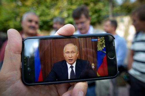 年金改革についてテレビで演説するプーチン大統領(写真:AP/アフロ)