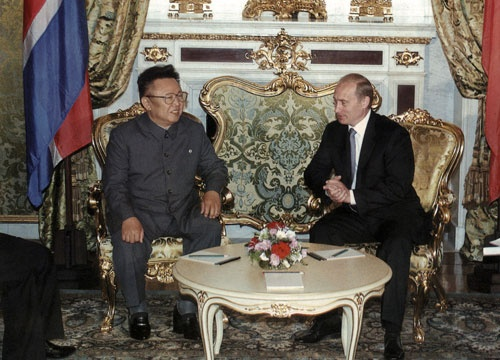 2001年に北朝鮮の⾦正⽇総書記と会談するロシアのプーチン大統領(写真=AP/アフロ)