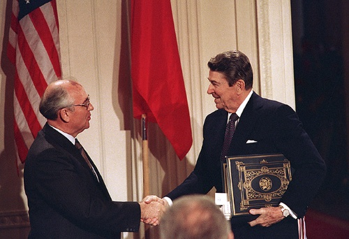1987年12月に中距離核戦力(INF)廃棄条約に調印したソ連のゴルバチョフ書記長(当時)とレーガン米大統領(当時)(写真:AP/アフロ)
