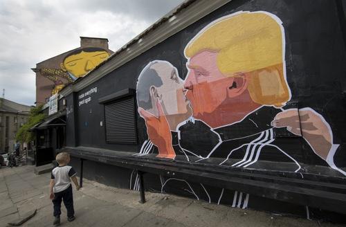 プーチン大統領とトランプ次期米大統領は、蜜月の関係になるのか。(写真はリトアニア首都に描かれている壁画 AP/アフロ)