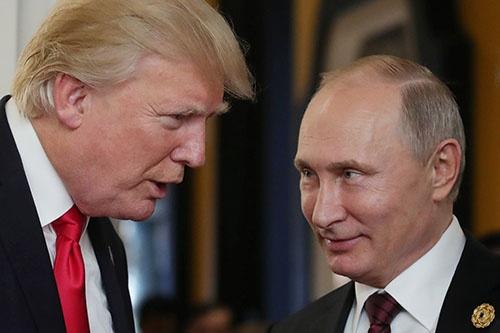 ベトナムのAPEC首脳会議で立ち話をするトランプ・米大統領とプーチン・ロシア大統領(写真:AFP/アフロ)