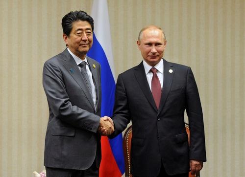 安倍晋三首相とロシア・プーチン大統領は、ペルーでのアジア太平洋経済協力会議(APEC)首脳会議に合わせて会談。その時間は、国際会議の場では異例の約70分に及んだ。(写真:ロイター/アフロ)