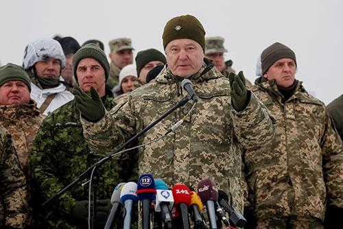 軍服姿で陣頭指揮に当たるウクライナのポロシェンコ大統領(写真:ロイター/アフロ)