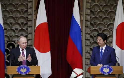 来日したプーチン大統領は12月16日、安倍首相と共同記者会見を行った(写真:代表撮影/ロイター/アフロ)