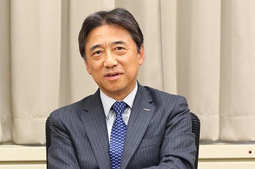 "<span class=""fontBold"">吉澤和弘(よしざわ・かずひろ)氏</span><br />NTTドコモ取締役社長。1979年、日本電信電話公社(現NTT)に入社。入社以来、移動体通信事業に従事。最初の携帯電話TZ-802型の開発・実用化に携わる。1992年の設立とともにエヌ・ティ・ティ移動通信網(現NTTドコモ)に転籍。第二法人営業部長、人事部長、経営企画部長、NTTドコモ・ベンチャーズ社長を歴任し、代表取締役副社長を経て、2016年6月に代表取締役社長に就任、現在に至る。高校時代には強豪サッカー部に在籍していたスポーツマン(写真:北山 宏一、以下同)"