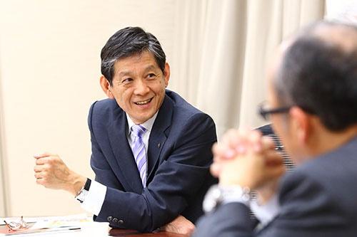 ヤマハの中田卓也社長(左)
