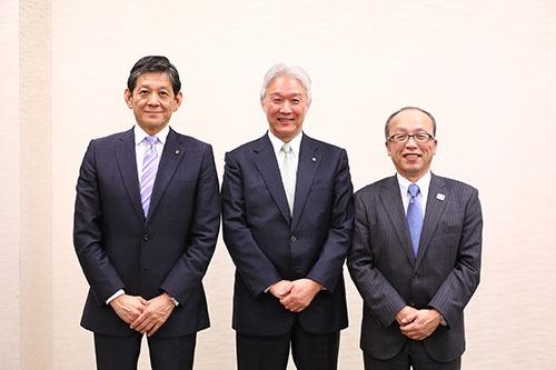 左からヤマハの中田卓也社長、花王の澤田道隆社長、TOTOの喜多村円社長(写真:北山 宏一、以下同)