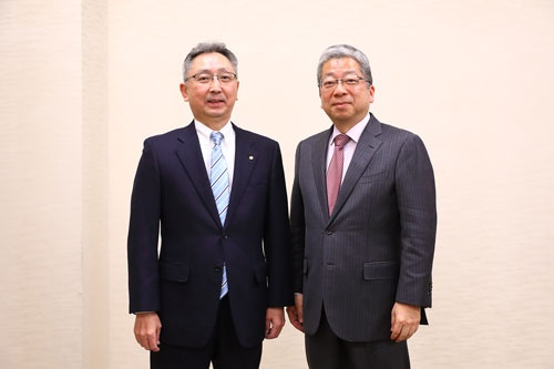 左からカネカの角倉護社長、日本郵便の横山邦男社長(写真:北山 宏一、以下同)