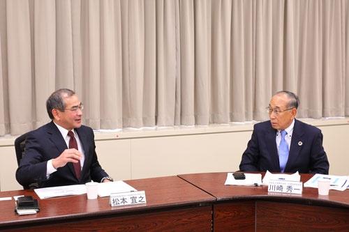 左から本田技術研究所の松本宜之社長、沖電気工業の川崎秀一会長(写真:北山 宏一、以下同)