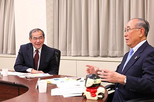 左から本田技術研究所の松本宜之社長、沖電気工業の川崎秀一会長(写真:北山 宏一)