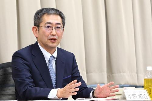 <b>平岡昭良(ひらおか・あきよし)氏</b><br /> 日本ユニシス社長(CEO&CHO)。1980年、日本ユニシス入社。asaban.com事業部副事業部長、ビジネスアグリゲーション事業部長を経て、2002年に執行役員に就任。その後、取締役常務執行役員、CIO、ビジネスイノベーション部門長CMOなどを経て、2016年から現職。ロボット好きで、社員と一緒にロボットを作ることもある(写真:北山 宏一)