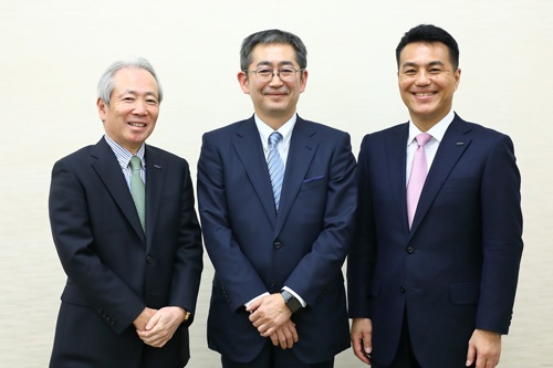 左から日東電工の髙﨑秀雄社長、日本ユニシスの平岡昭良社長、オムロンの山田義仁社長